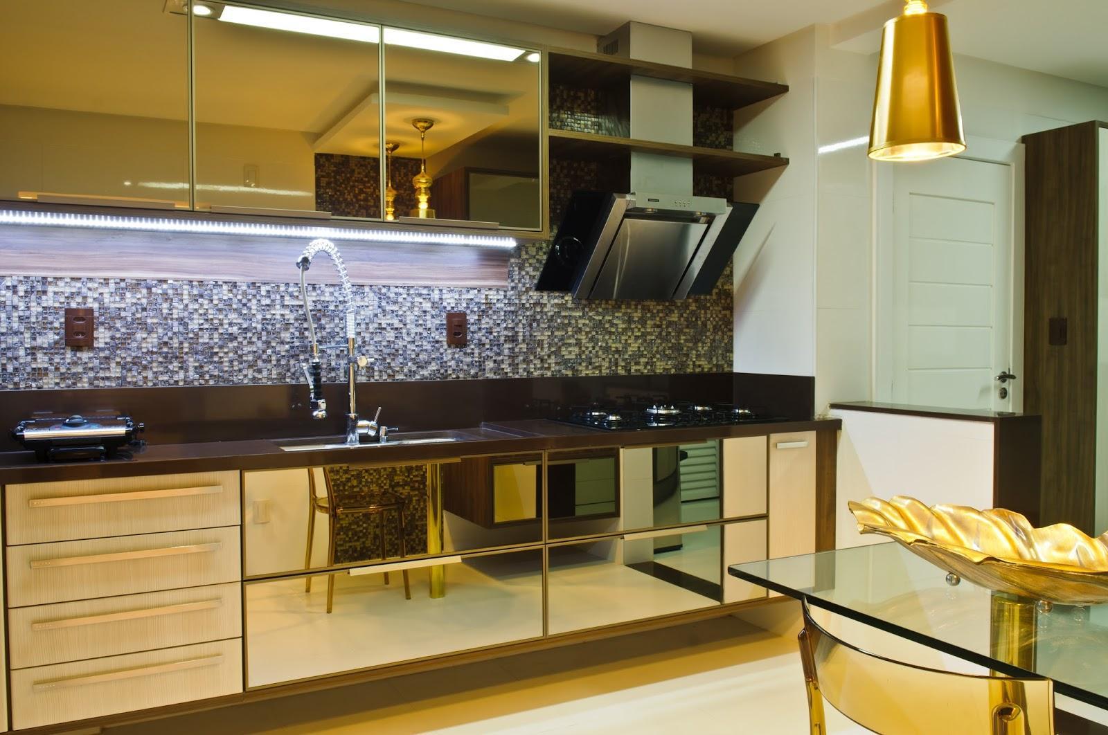 Imagem 29 – Pastilhas espelhadas revestem uma área da cozinha #B0881B 1600 1062