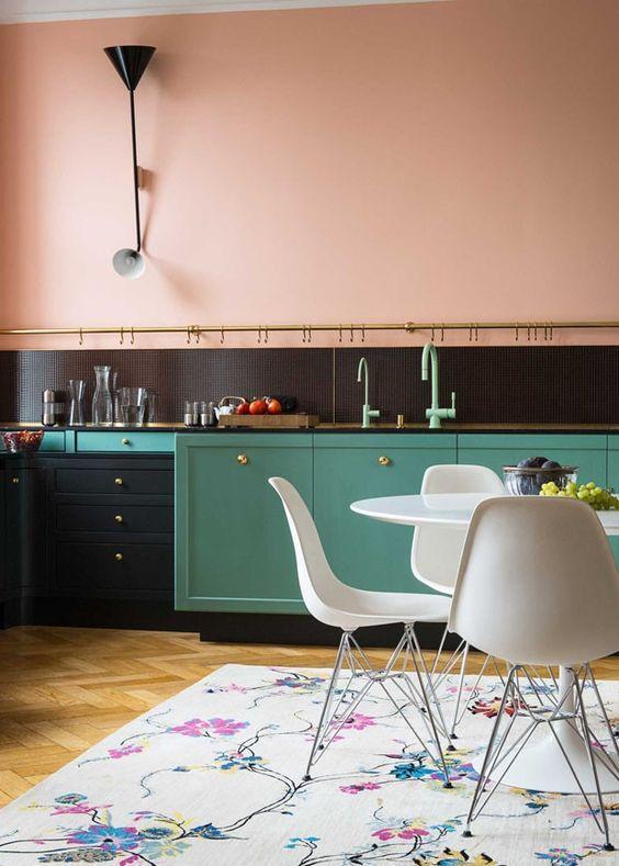 A parede em tom rosa quartz deixou a cozinha charmosa