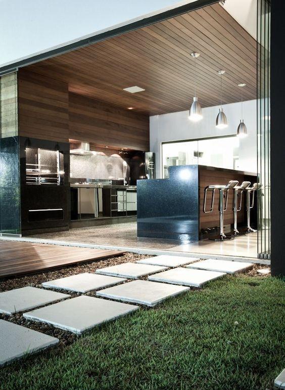 Revestir a churrasqueira é ideal para compor com um espaço amplo