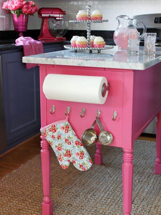 A bancada central rosa deixou a cozinha com um charme a mais