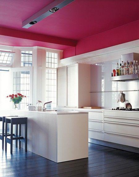 O teto na cor rosa levou personalidade ao ambiente