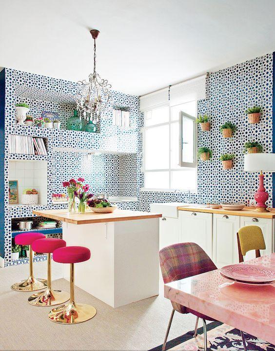Banquetas com acabamento dourado e estofado rosa para colorir sua cozinha