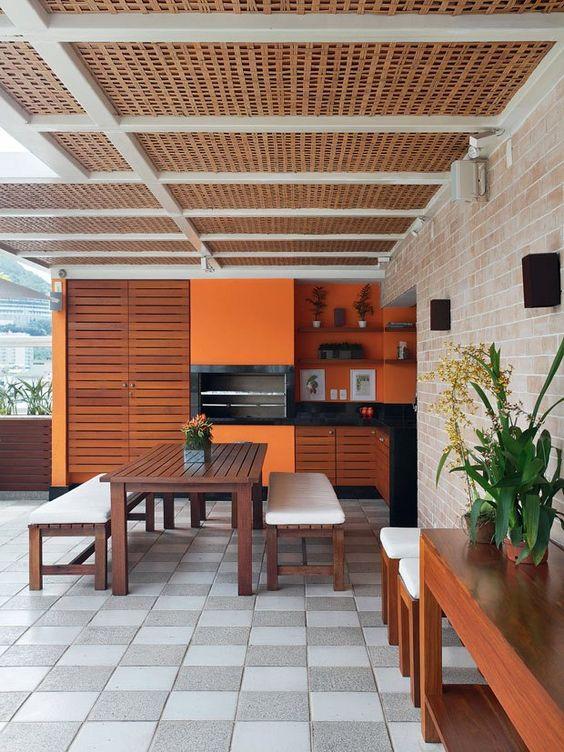 Combinação do laranja com a madeira para deixar o ambiente mais convidativo
