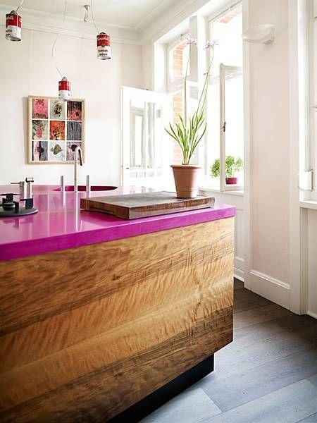 Combinação linda da bancada em madeira com tampo rosa