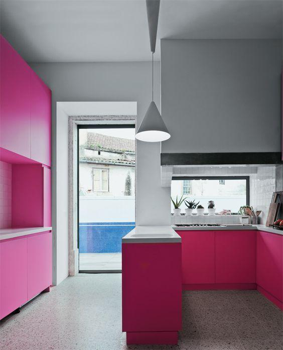 Cozinha com marcenaria rosa pink