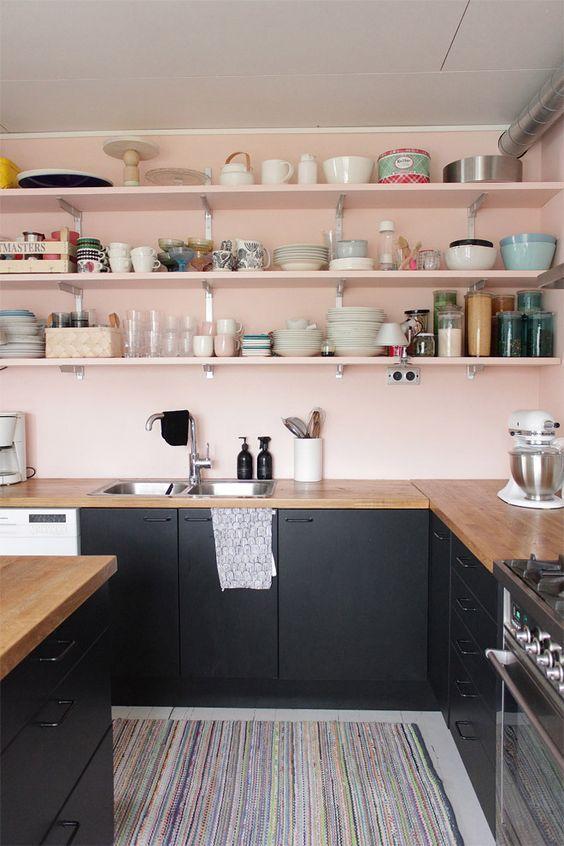 A tonalidade do rosa claro deixou a cozinha moderna