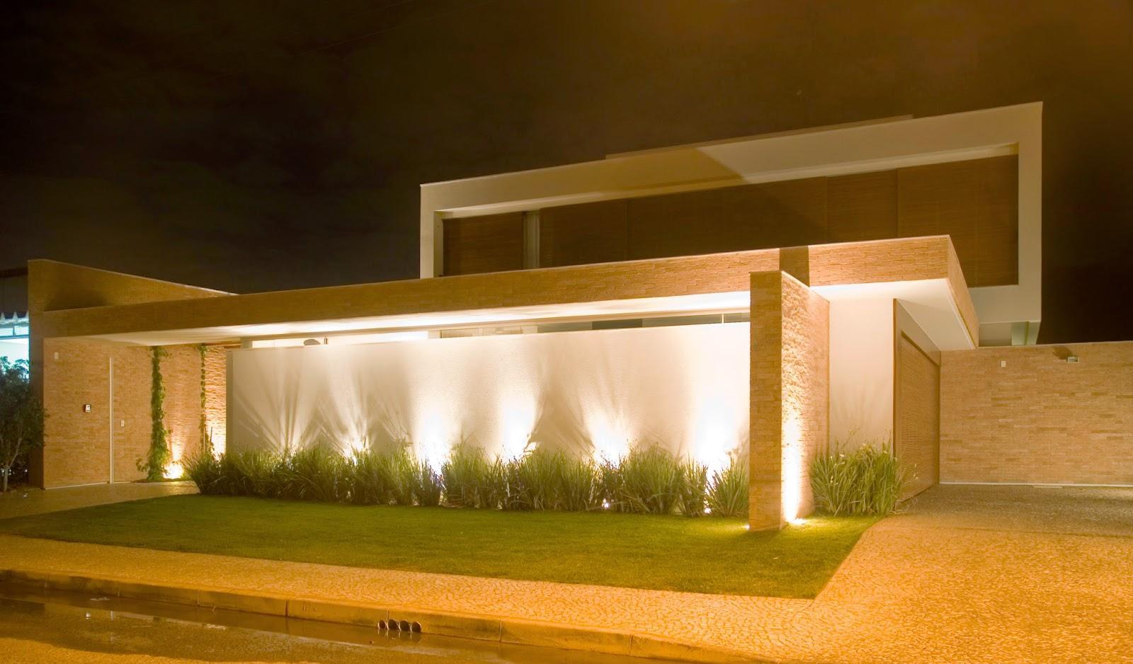 60 modelos de muros residenciais fachadas fotos e dicas for Iluminacion para muros exteriores