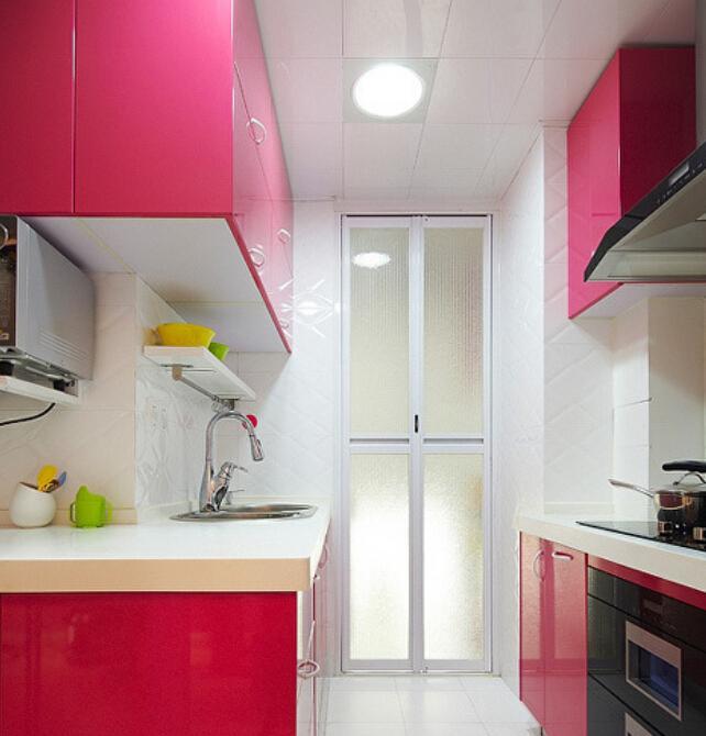 Cozinha marcenaria rosa e acabamento branco