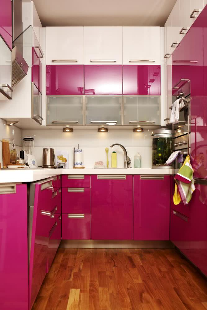 Cozinha pequena e com muitos armários