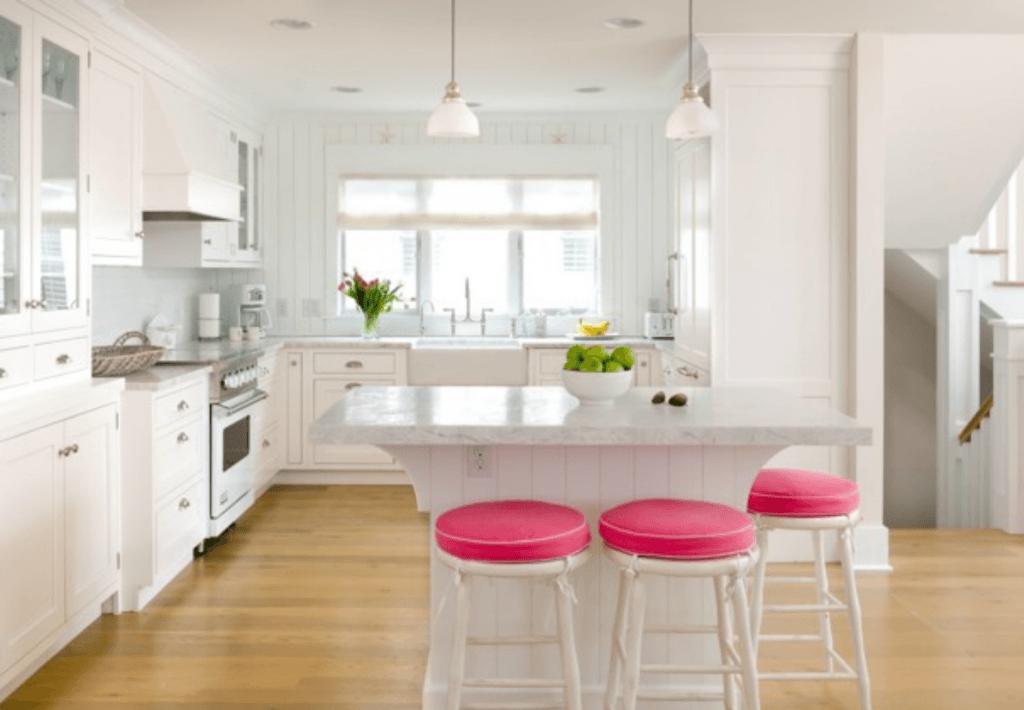 Para dar cor a sua cozinha incorpore com banquetas coloridas!