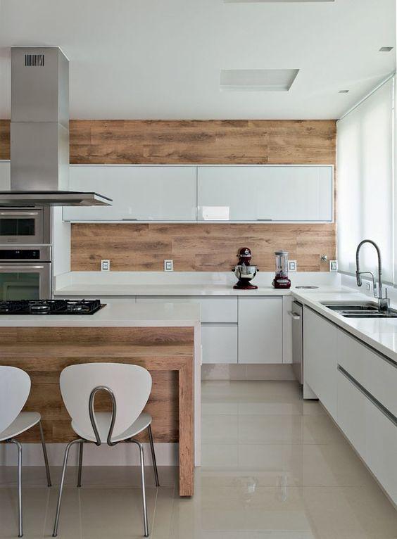 A madeira na parede e na bancada deu mais charme a cozinha