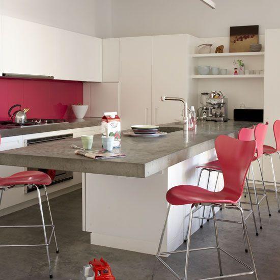 As banquetas altas fizeram uma composição perfeita com a cozinha branco e rosa