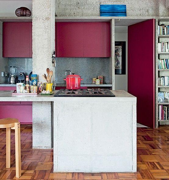 Cozinha em concreto combina com um pouco de cor no ambiente