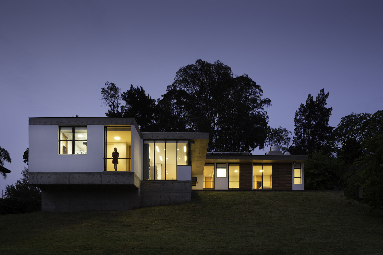 Exterior de casa moderna com jardim