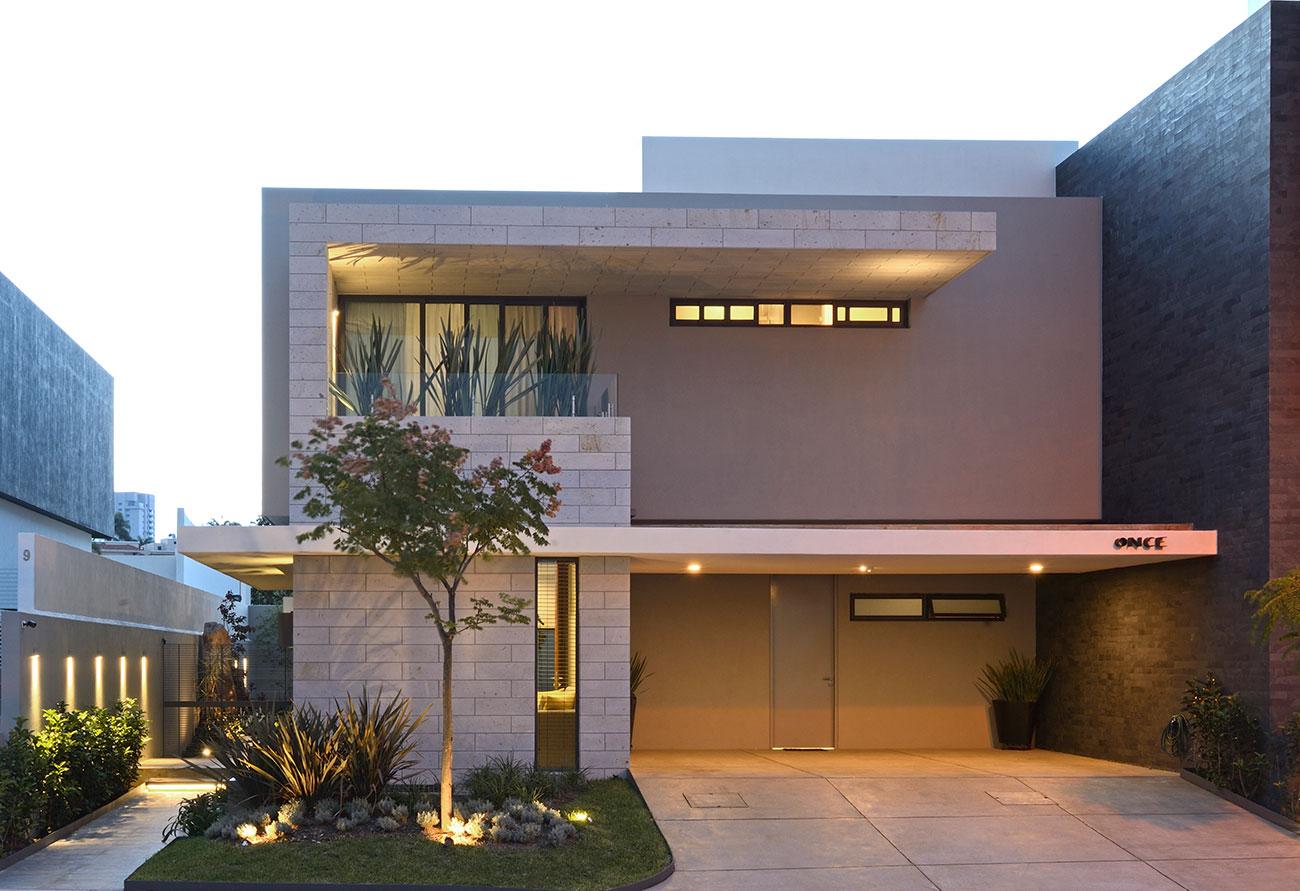 O cinza é o destaque da fachada desta casa bonita