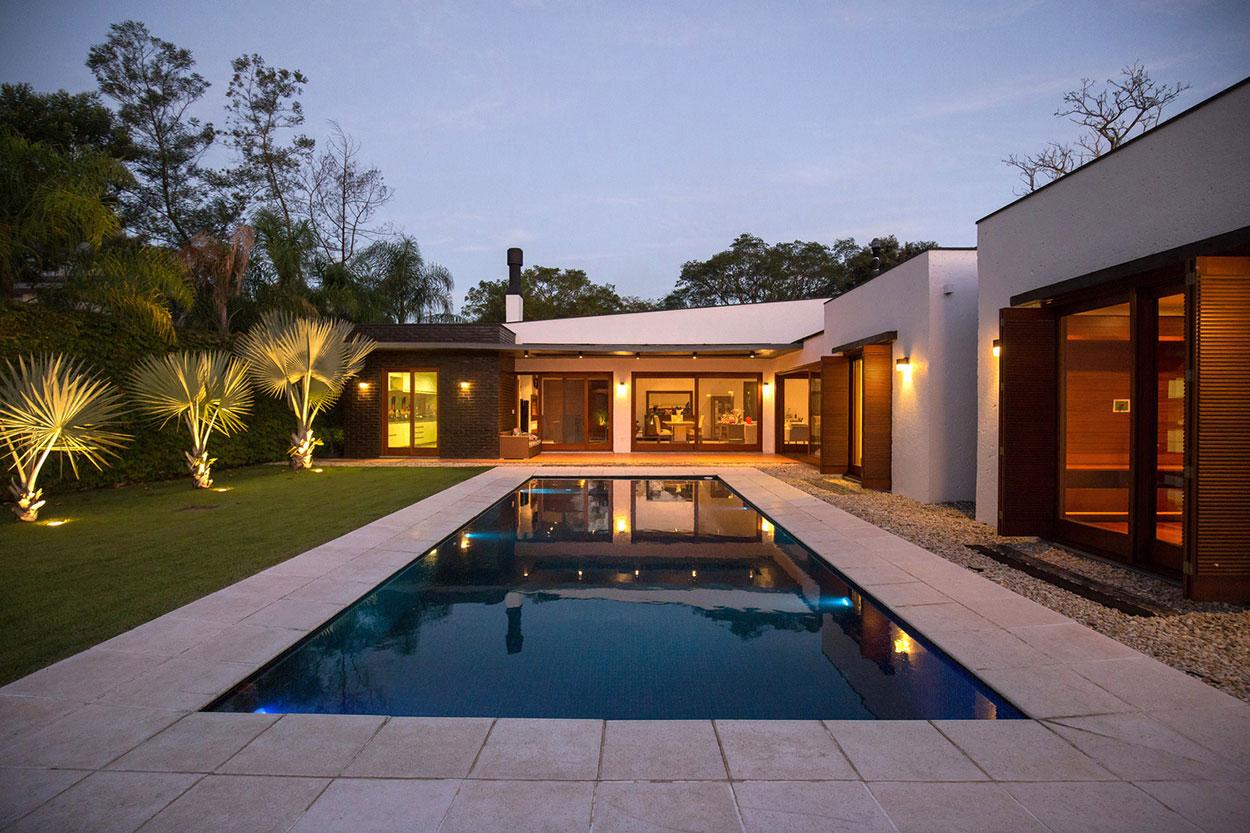 Fundos de casa com piscina