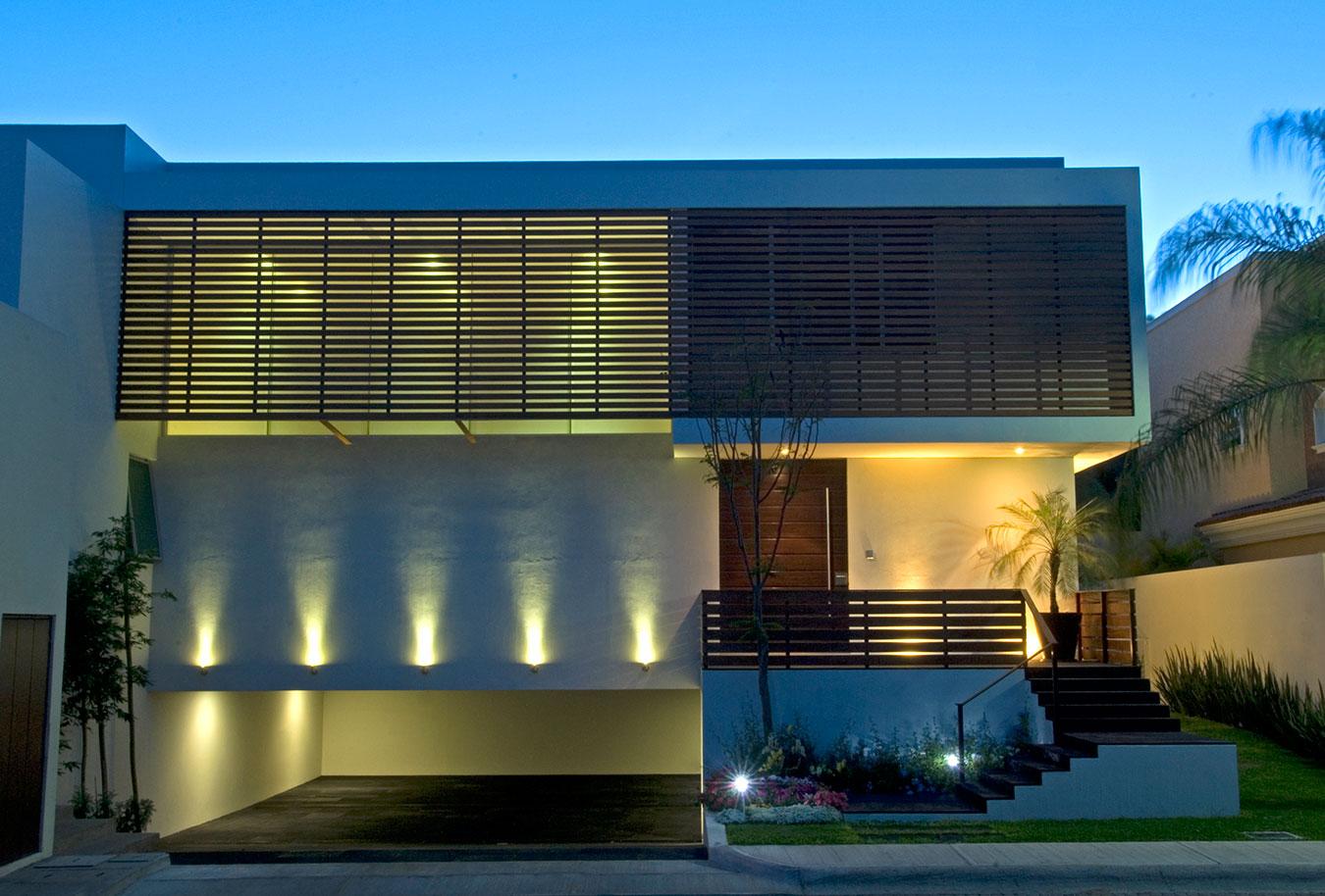 Casa com iluminação em destaque na fachada