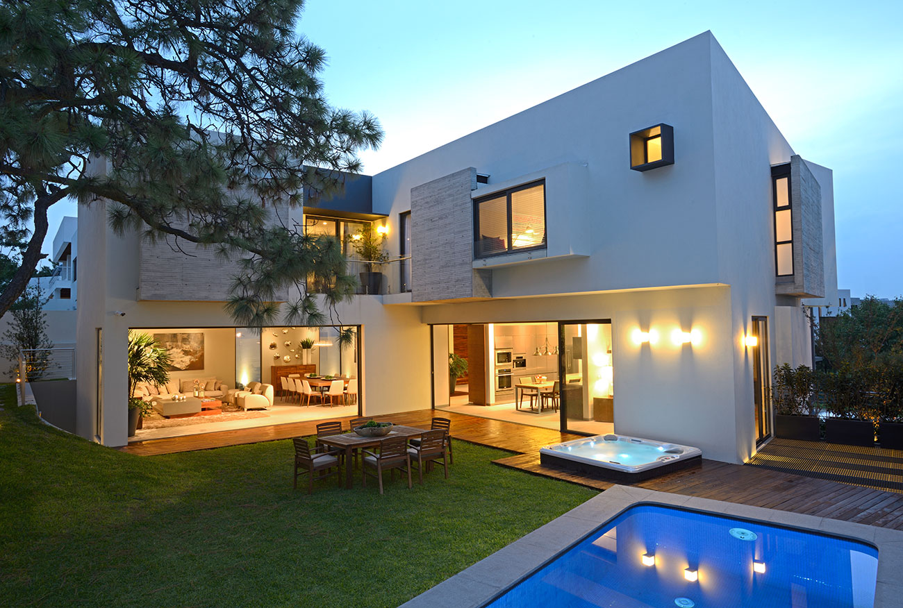 Fachada bonita com casa estreita