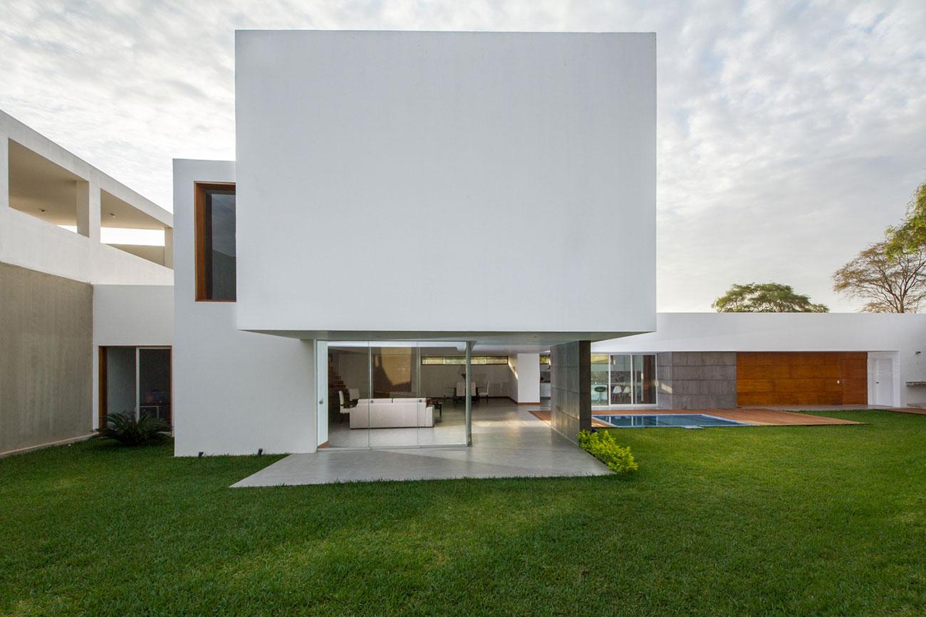 Casa bonita com volume em destaque e jardim