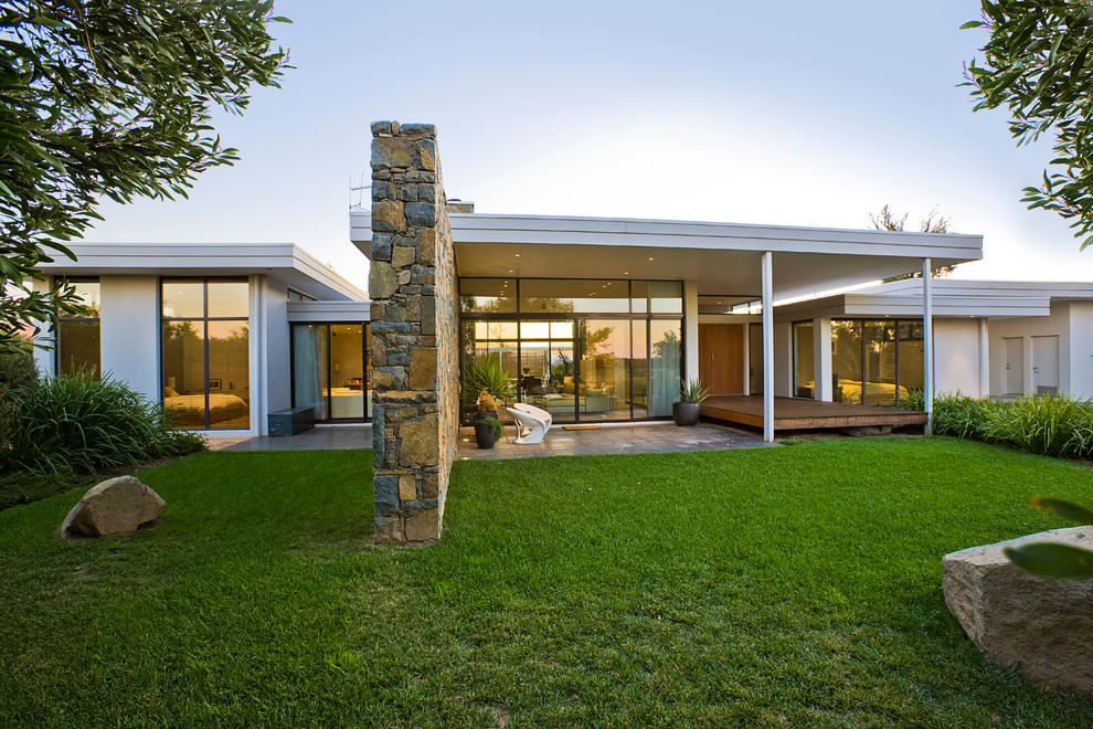 Uma casa bonita térrea em um local privado permite o uso de vidros na fachada