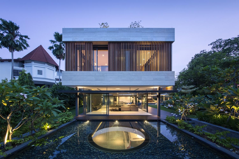 Modelo de casa bonita em sobrado com brises de madeira e vista para área dos fundos