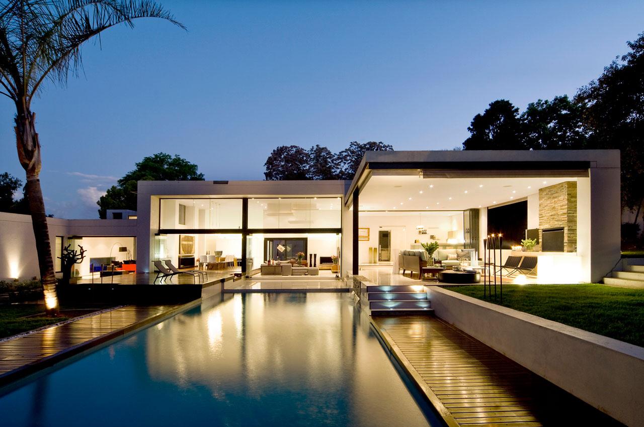 Fundos de uma casa bonita com ampla área de convivência e iluminação dedicada