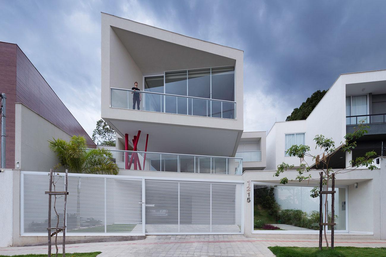 O volume do pavimento superior é o destaque deste projeto de casa