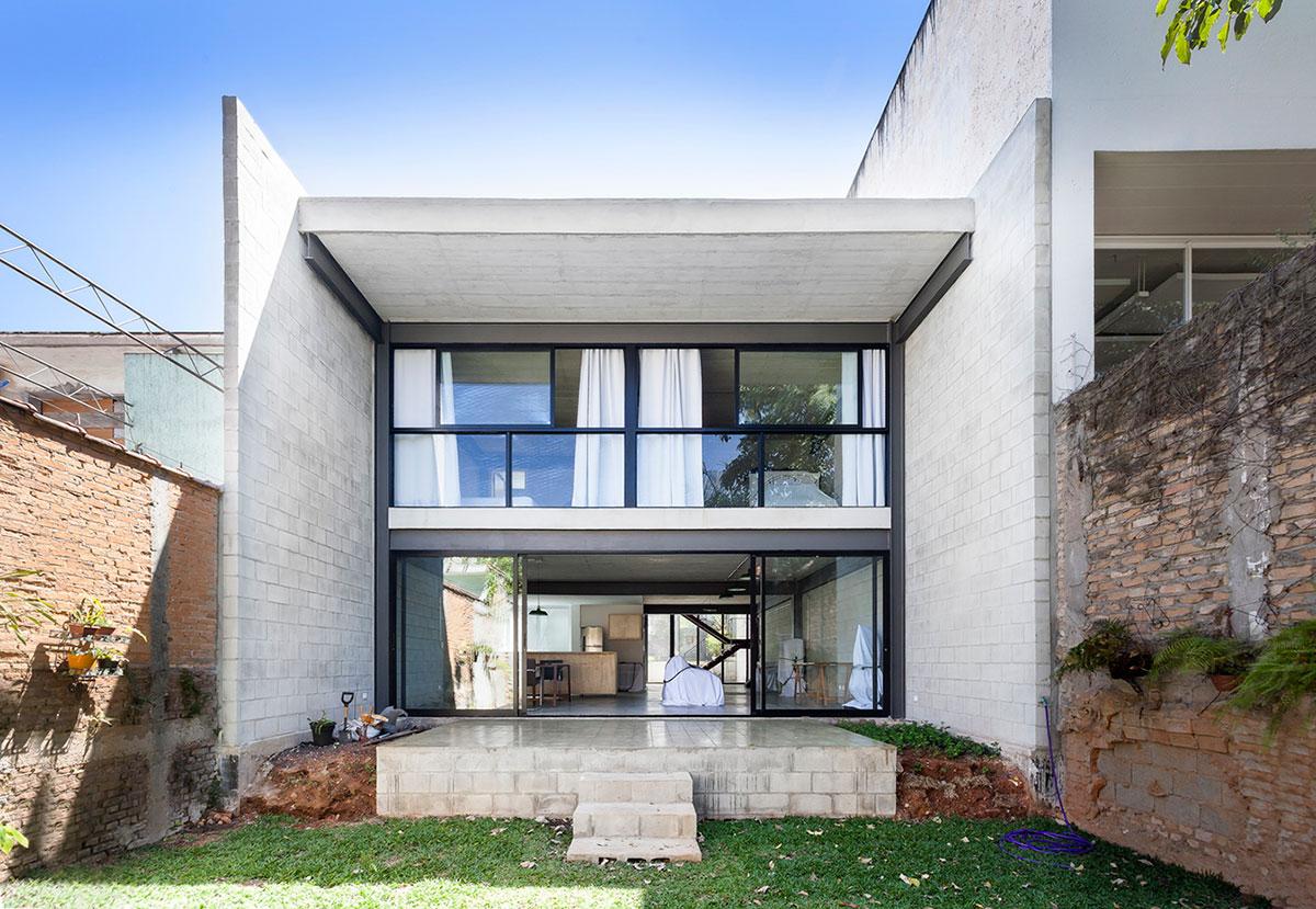 Muros garantem a privacidade da área dos fundos desta casa