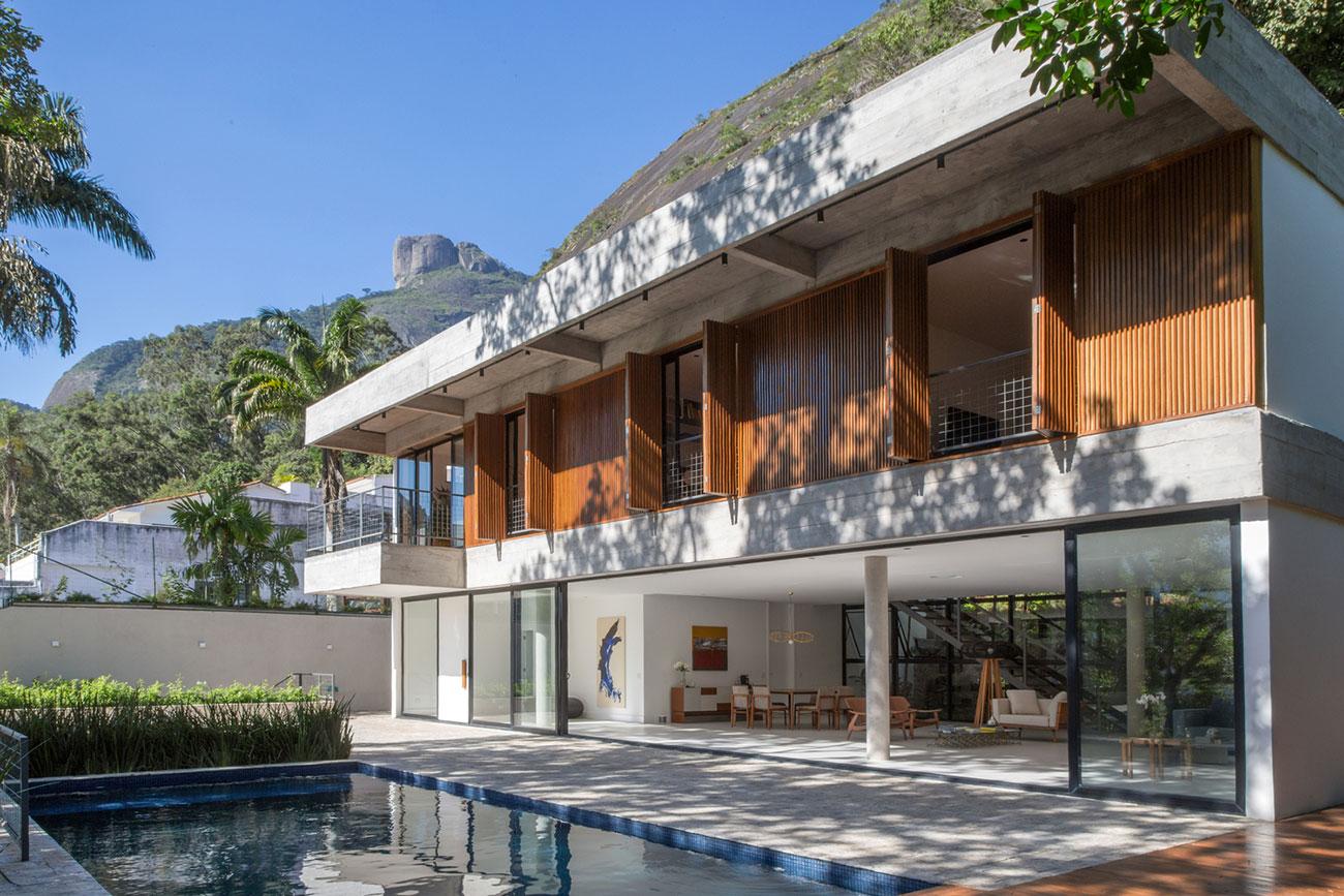 Fundos de uma casa bonita com piscina