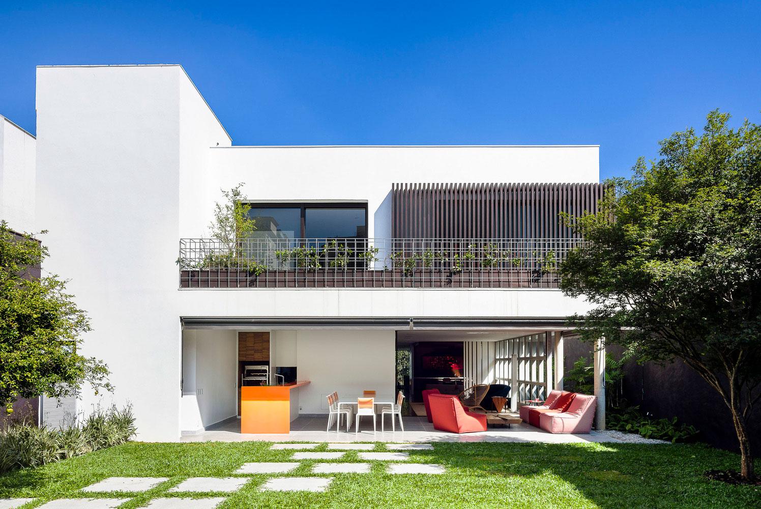 Complemente a fachada com elementos verdes
