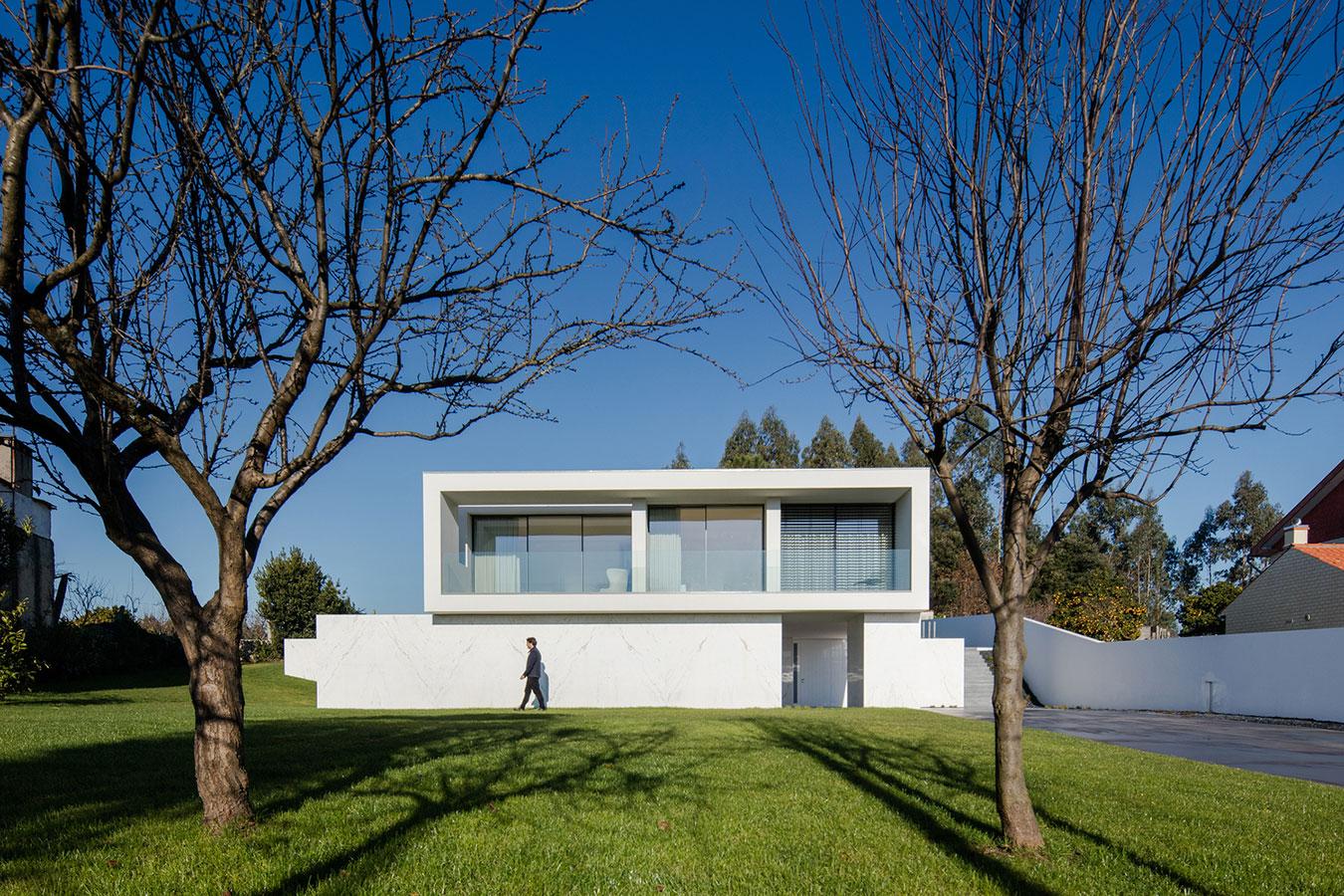 Um projeto com uma fachada limpa e clean