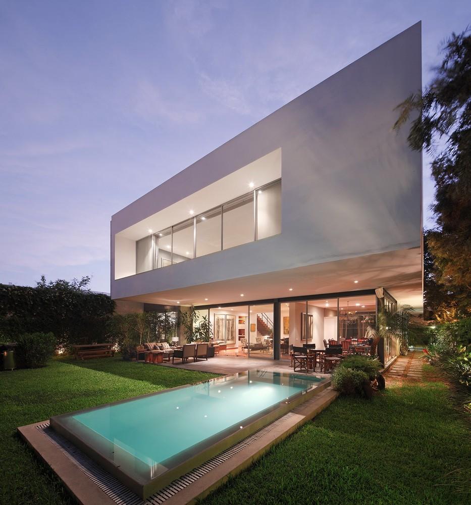 Fundos de casa moderna com piscina e área verde