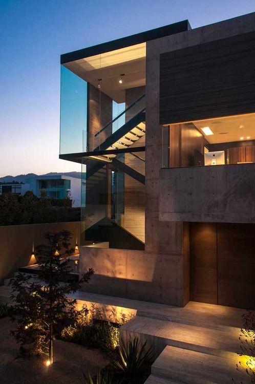 Fachada em concreto e plano de vidro criam um ar contemporâneo