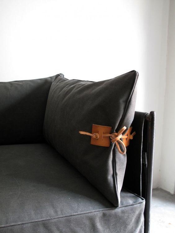 Detalhe em couro da almofada do sofá