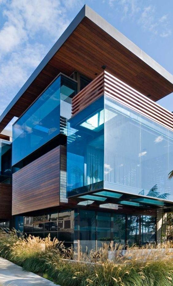 Volumes em cubos de vidro e madeira destacam a casa