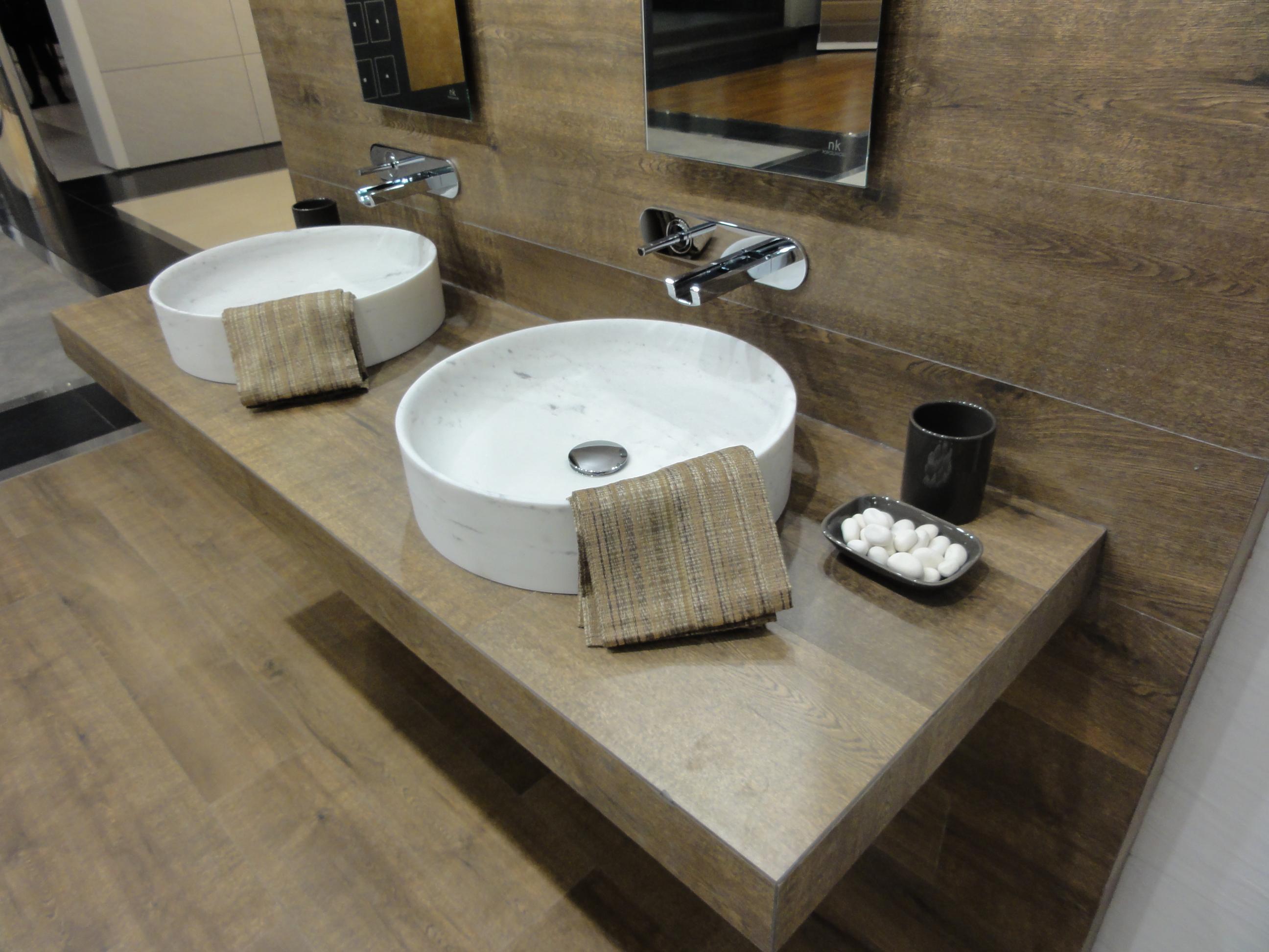 Imagem 19 – Banheiro com um único material #5E4F39 2592x1944 Banheiro Com Amadeirado