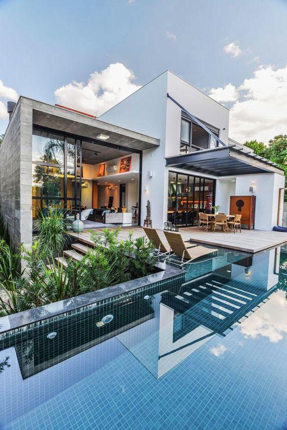 Casa com ambientes em pé-direto alto