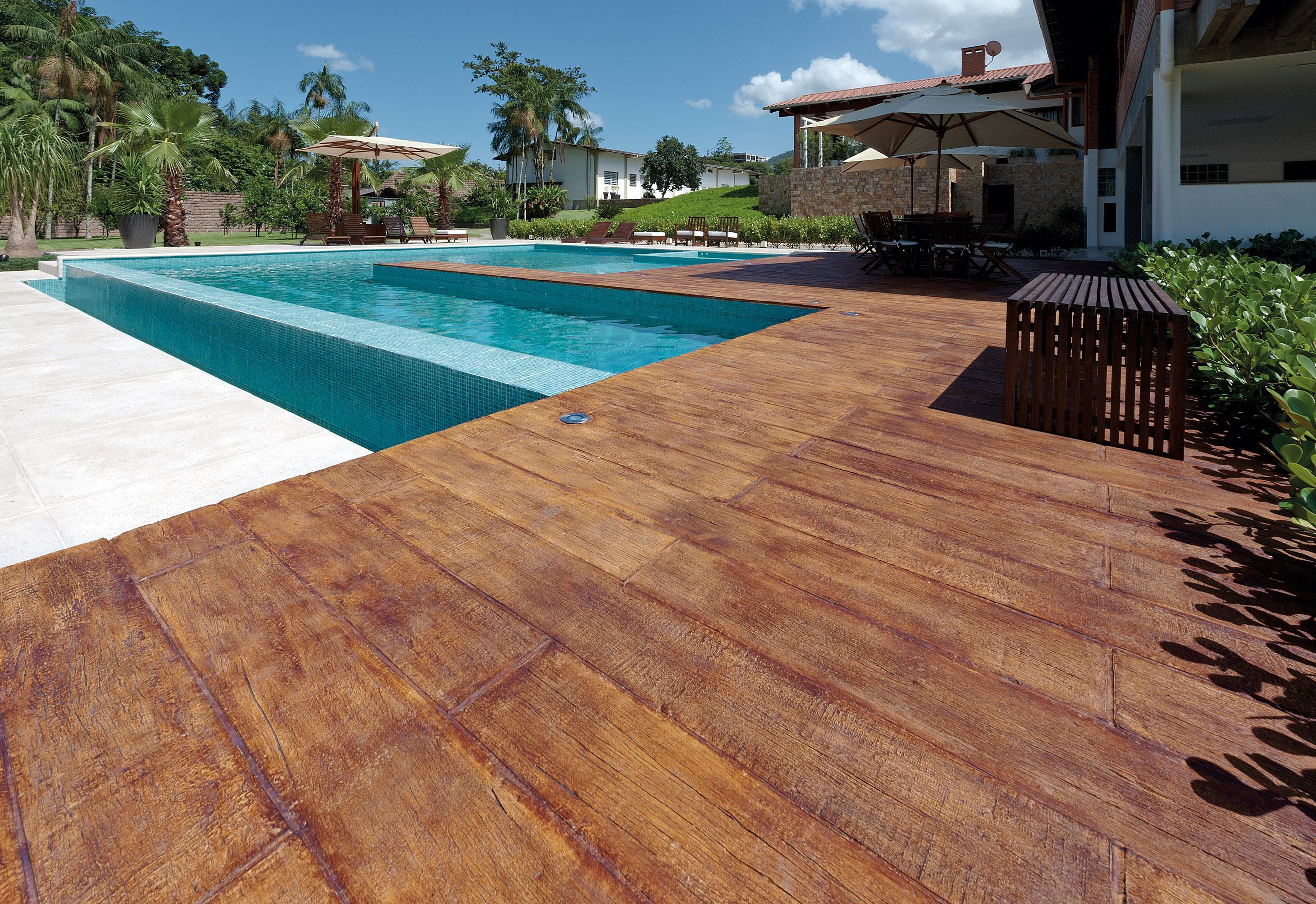piscina o piso com imitação de madeira vem com antiderrapante #206D7B 2644 1817