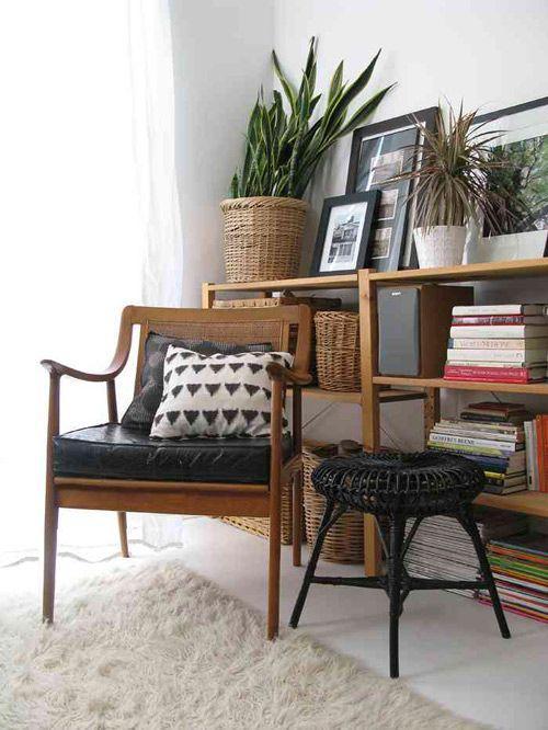 A poltrona levou um assento preto em couro e para compor utilizou pequenas almofadas com estampas divertidas