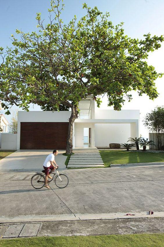 Casa clean com portão de madeira