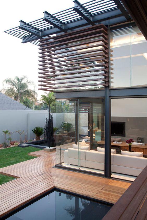 Decks de madeira contornam esta casa bonita