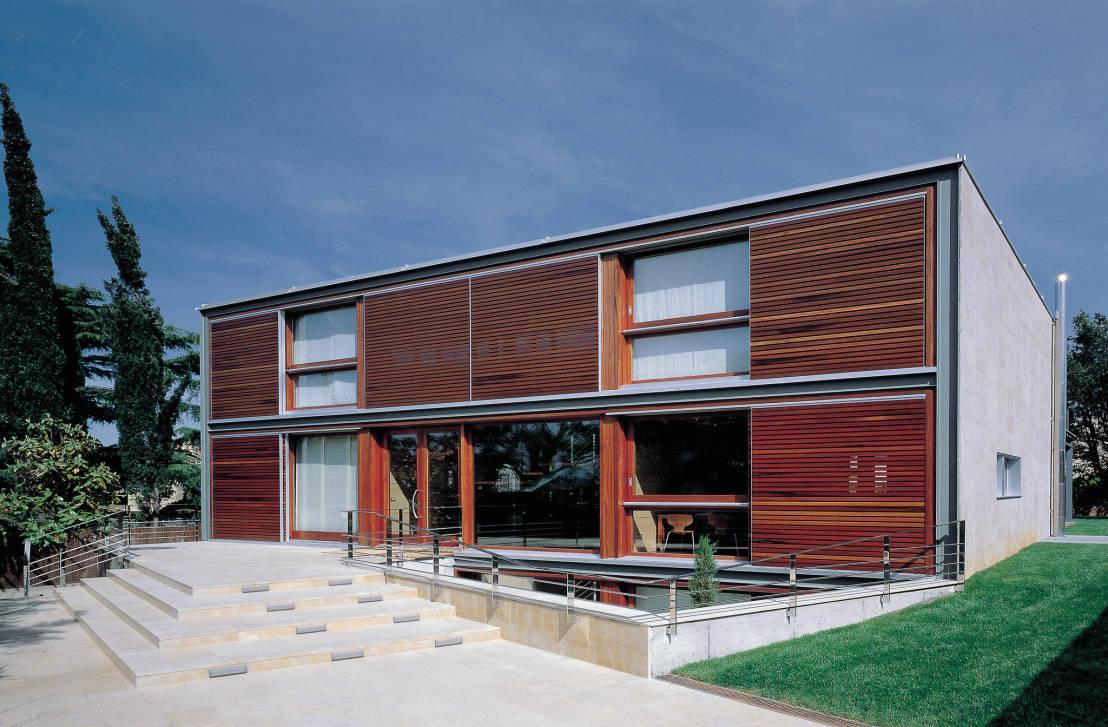 O uso de madeira na fachada é sinal de modernidade