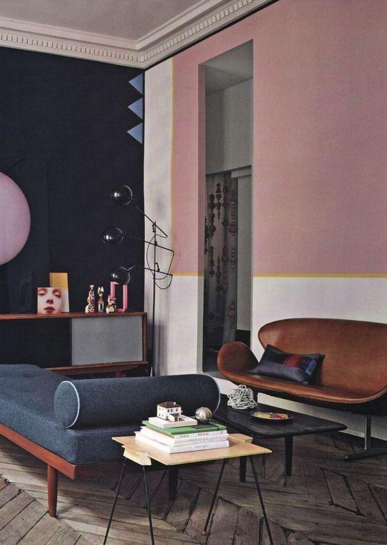 Para quem quer abrir mão do sofá pode investir nesse banco discreto em couro<