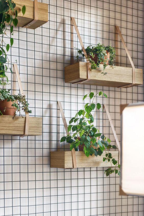 Caixas com fitas em couro para fazer um jardim vertical