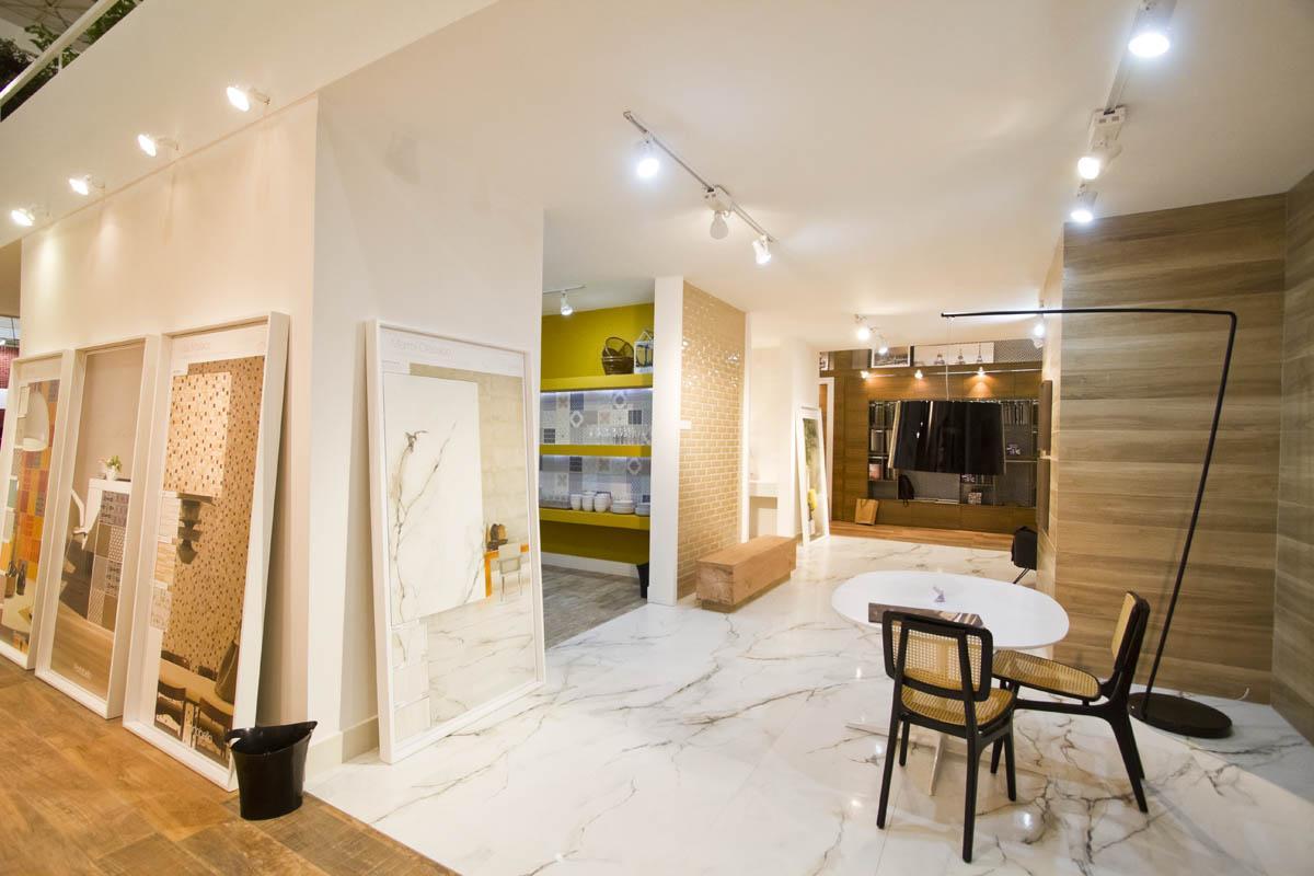 Imagem 60 – Banheiro social com o porcelanato que imita madeira #A69125 1200x800 Banheiro Com Amadeirado