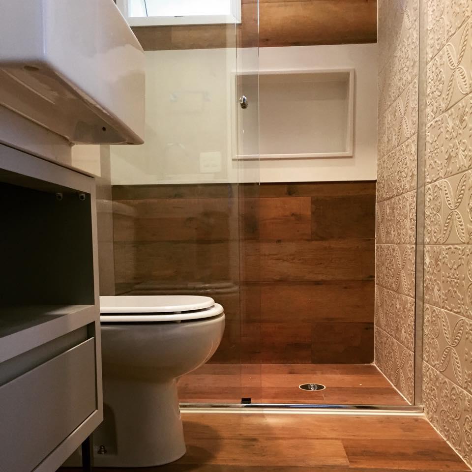 Pisos que Imitam Madeira 60 Fotos e Ideias -> Banheiro Pequeno Com Piso Amadeirado