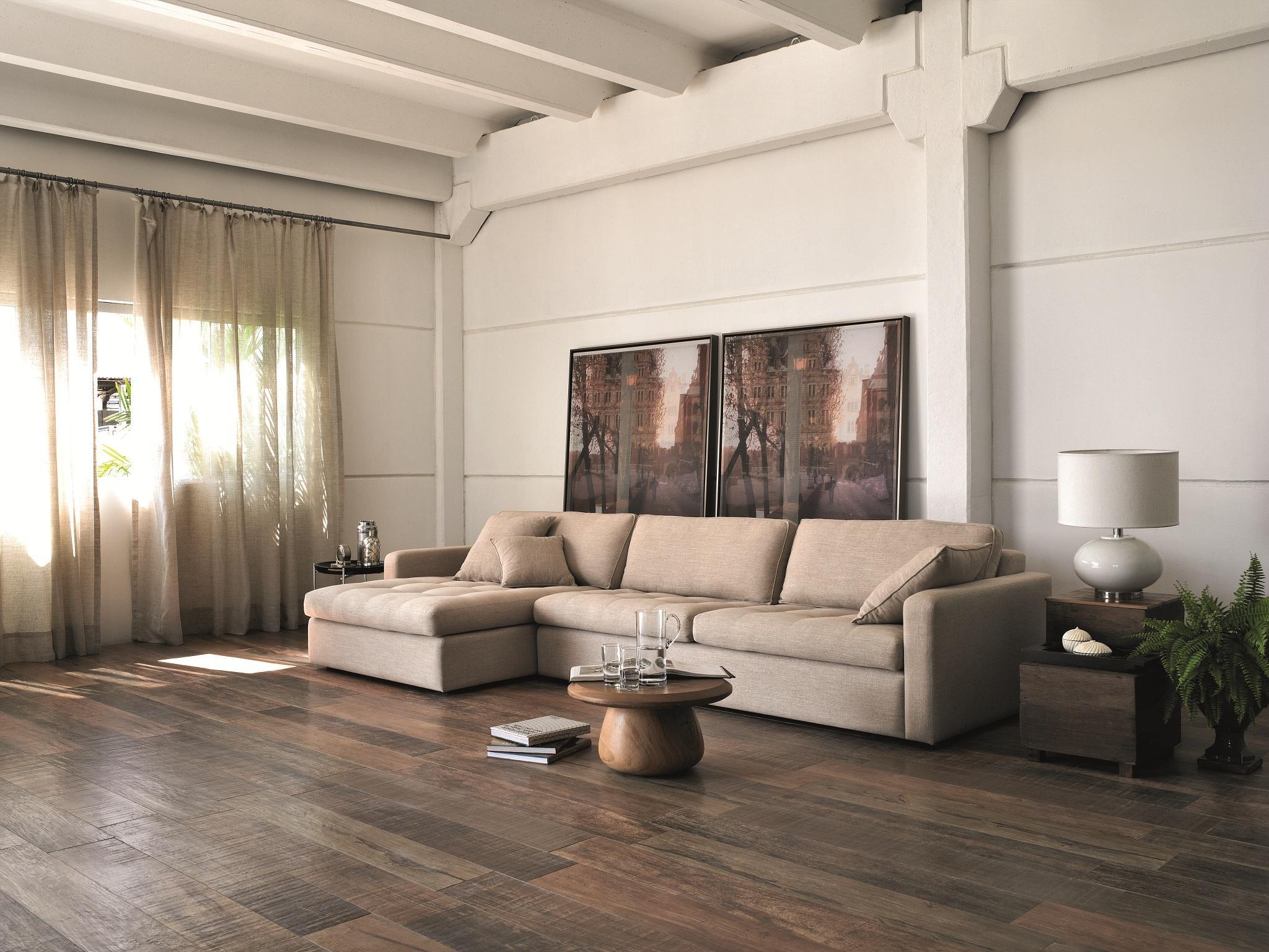 Pisos que imitam madeira 60 fotos e ideias for Sala de estar de madera