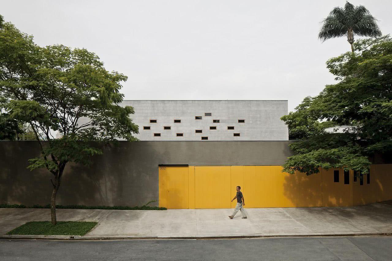 Em contraste com a fachada