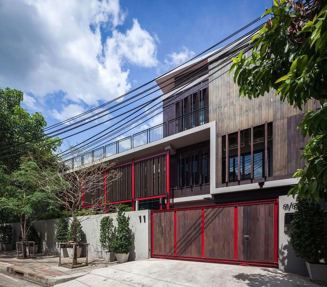 Os detalhes vermelhos harmonizam a composição dessa construção
