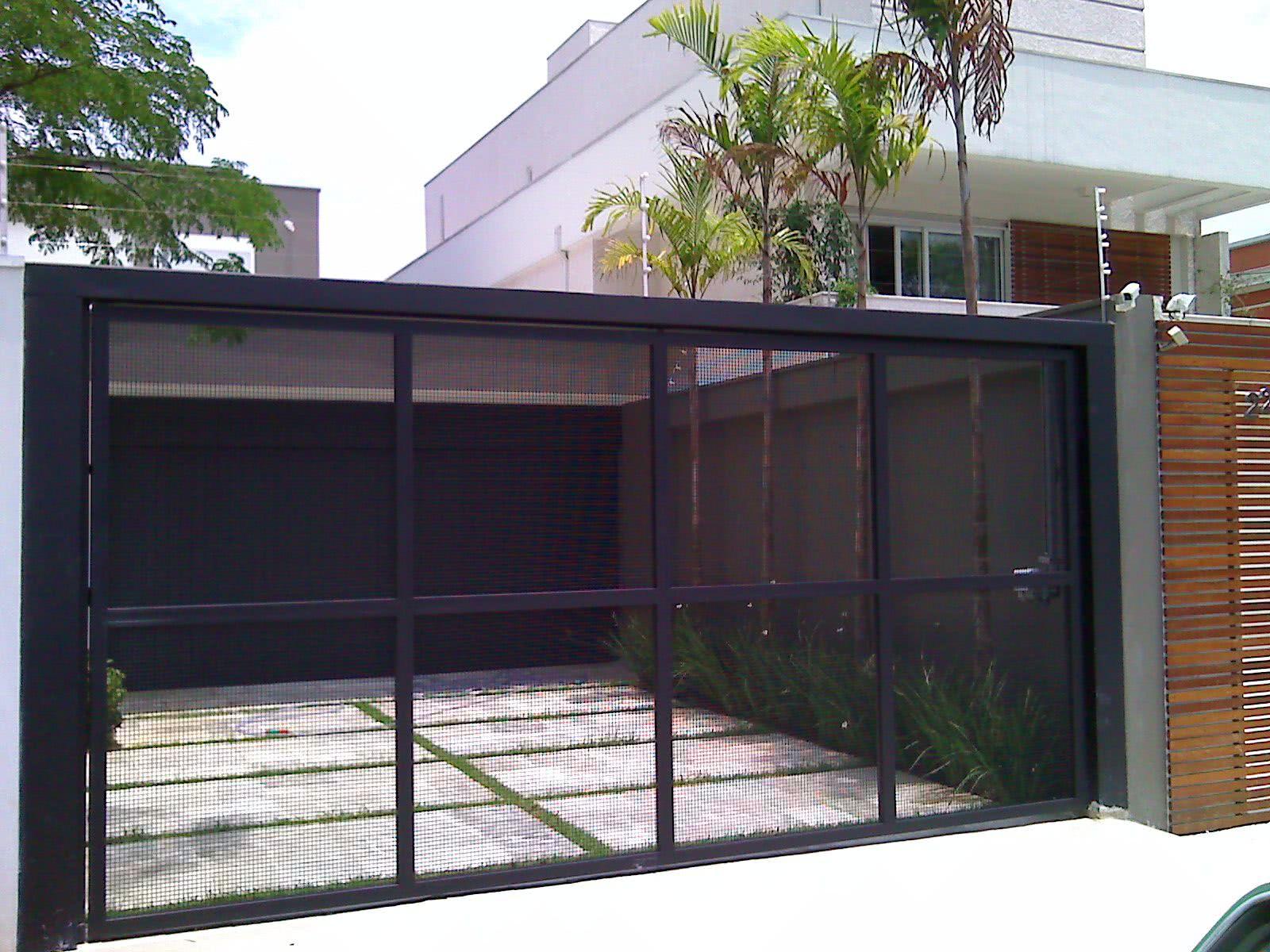 Portão com tela galvanizada.